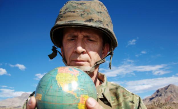 חייל מחזיק גלובוס (צילום: istockphoto)