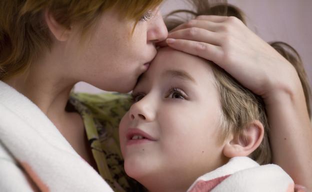 אמא מנשקת ילד במצח (צילום: אימג'בנק / Thinkstock)