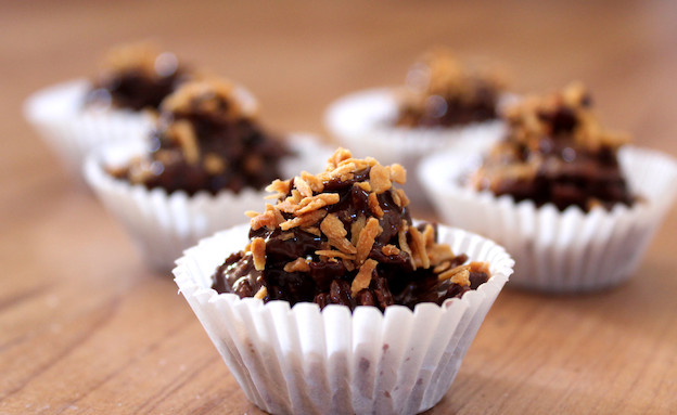מתכון לממתק שוקולד וצימוקים (צילום: אסתי רותם ידידיה ,אוכל טוב)
