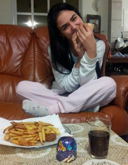 מעיין חודדה אוכלת פלאפל רגע אחרי שהורידה 40 קילו