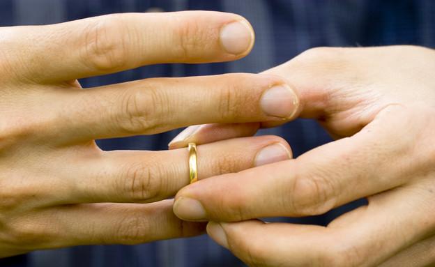 מוריד את טבעת הנישואין (צילום: Thinkstock)