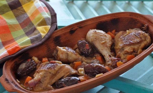 קדירת עוף ביין לבן ותמרים (צילום: יפית בשבקין ,אוכל טוב)