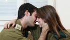 חיילים מתנשקים (צילום: עודד קרני)