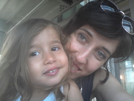 לילי שרצקי אלמליח ובתה אלה מסתכלות למצלמה