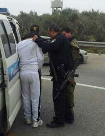 המשטרה ירתה ועצרה אחד מנוסעי הרכב (צילום: סוכנות תצפית)