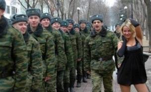 מסדר צבאי עם בחורה (צילום: יוטיוב )
