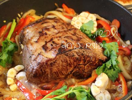 צלי - מוסיפים את הבשר