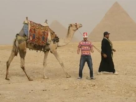 """צפו: """"הארלם שייק"""" מול הפירמידות (צילום: YouTube)"""