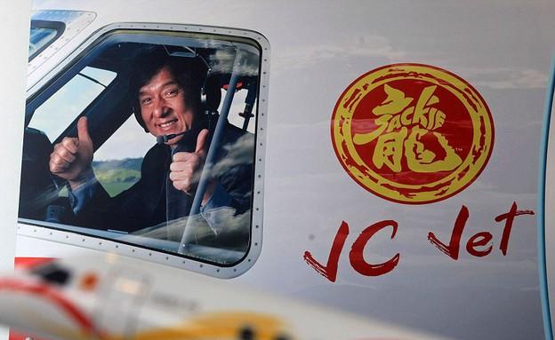 ג'קי צ'אן במטוס פרטי