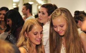 נערות עם סלולרי (צילום: Getty images)