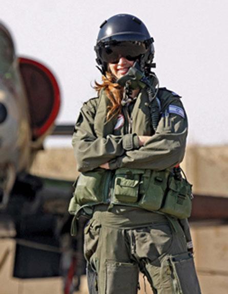 סגן נ' מתכוננת לטיסה (צילום: כרמל הורביץ, בטאון חיל האוויר)