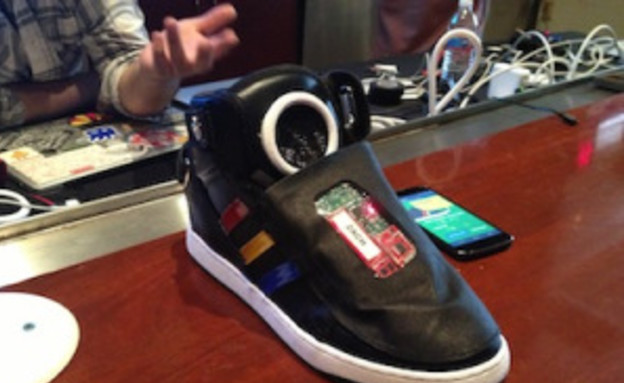 נעליים מדברות של גוגל (צילום: יוטיוב )