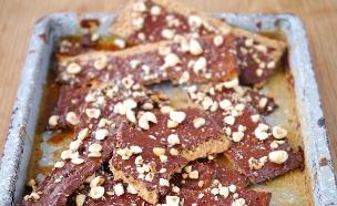 חטיף מצות עם שוקולד, קרמל ואגוזי לוז (צילום: נעמי אבליוביץ' ,השף הלבן, תנובה)