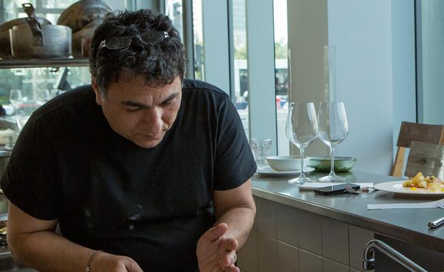 פסח, חיים כהן במטבח - פורס ביצה קשה (צילום: בני גם זו לטובה ,אוכל טוב)