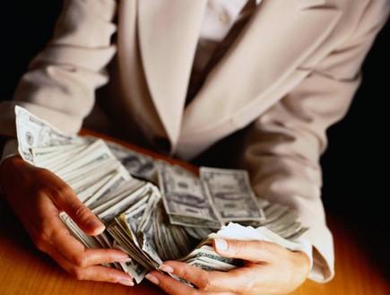 אישה בחליפה גורפת כסף