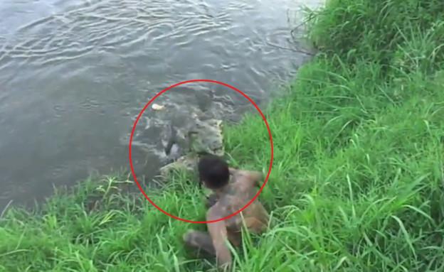 הצלם כמעט נאכל על ידי תנין (צילום: יוטיוב  ,צילום מסך youtube)