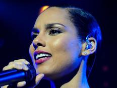 אלישיה קיז על הבמה