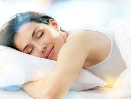 בחורה מחייכת מתוך שינה