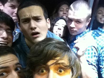 החבורה בתוך המעלית