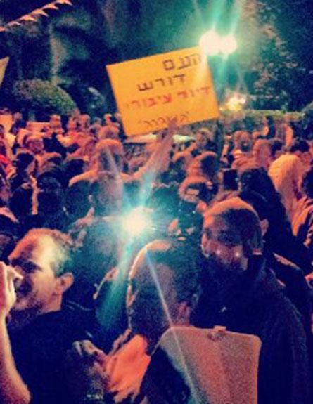 """""""לא רק 15 הפגנות נגד"""". הפגנה מחוץ לבית ל (צילום: חדשות 2)"""