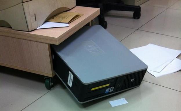 המחשב נפל (ayalking, דרך סטטוסים מצייצים) (צילום: פייסבוק)