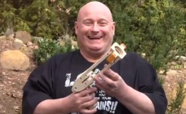 אקדח קונדומים (תמונת AVI: יוטיוב  ,צילום מסך youtube)