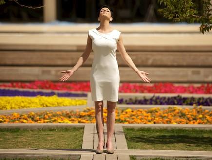 דנה רון מביטה לשמים באמצע הגינה צילום רועי ברקוביץ