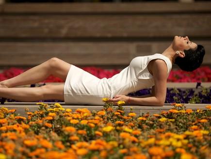 דנה רון שוכבת באמצע הגינה צילום רועי ברקוביץ