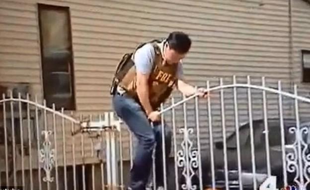 סוכן FBI קופץ (צילום: יוטיוב )