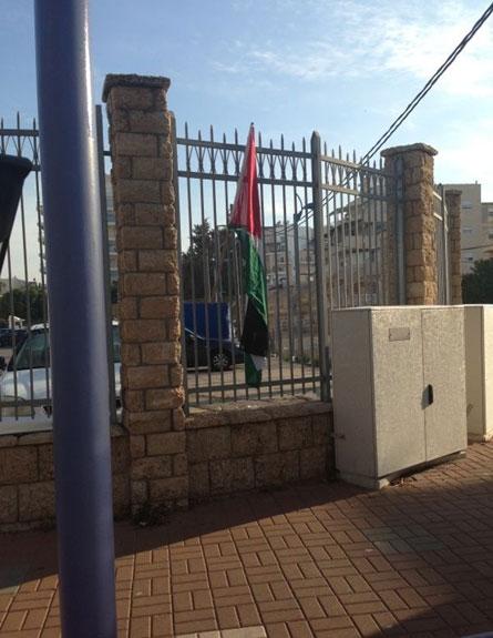 הדגל שהונף הבוקר בעכו (צילום: רפעת עכר)