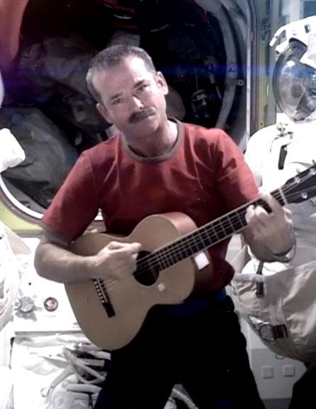 הדפילד נפרד מתחנת החלל (צילום: AP)