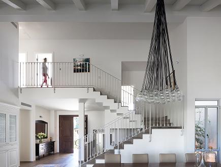 בית שרון ויזר, מבט על המדרגות