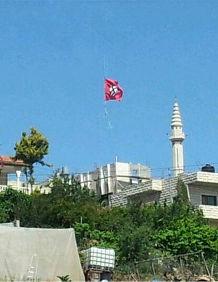 דגל המפלגה הנאצית מעל בית אומר, הבוקר (צילום: שניאור נחום שוחט, סוכנות תצפית)