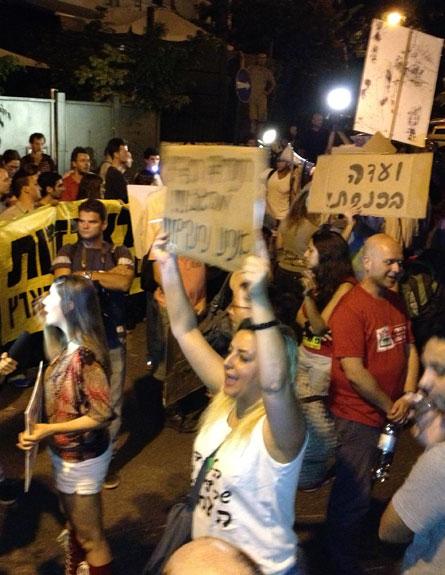 ההפגנה מול בית השר שלום, הערב (צילום: חדושת 2, רענן צור)