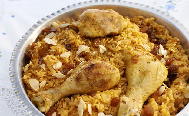 אורז אדום עם עוף, צימוקים ושקדים (צילום: מוטי פישביין ,הבישול העיראקי של אמא, הוצאת קוראים)