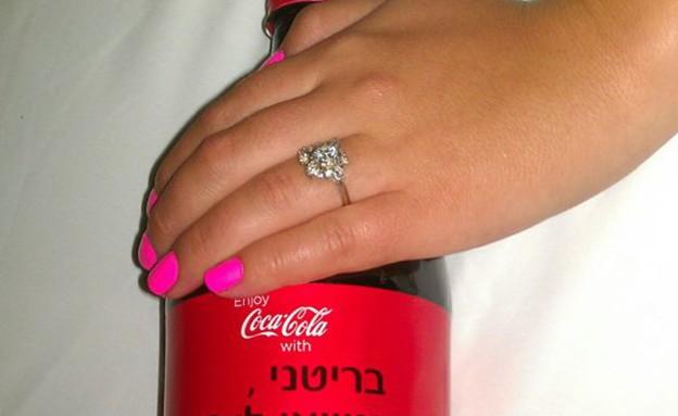 הצעת נישואים בקמפיין (מתוך: הפייסבוק של קוקה קולה)