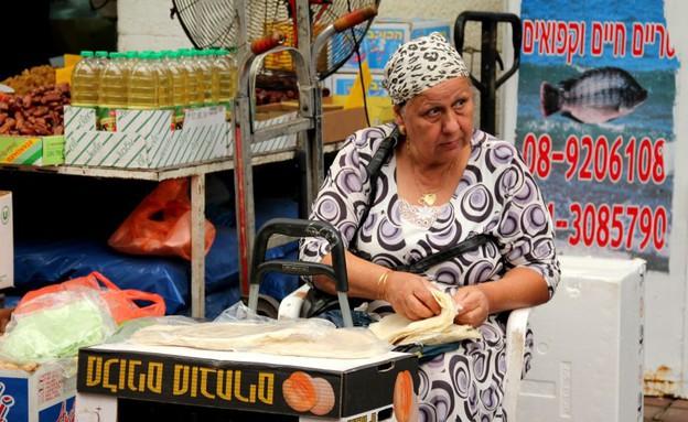"""אישה ממיינת בצק פילאס (צילום: עידית נרקיס כ""""ץ ,אוכל טוב)"""