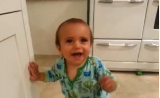 תינוק צוחק מעלי כרוב (תמונת AVI: You Tube ,YouTube)