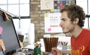 בחור במחשב- עובדים (צילום: Thinkstock ,Thinkstock)