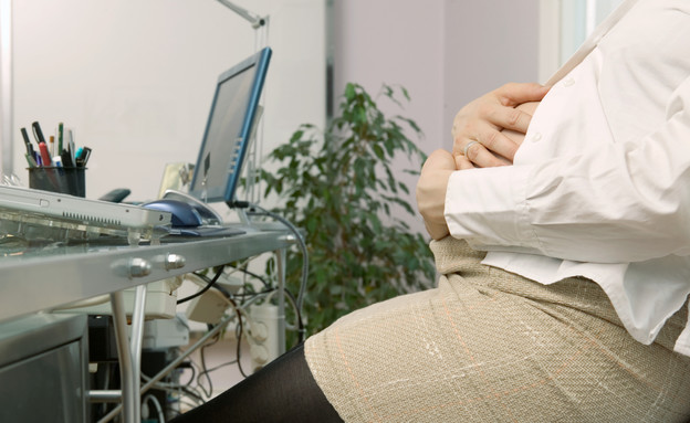 אישה בהריון ליד מחשב (צילום: Thinkstock ,getty images)