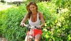 רוסלנה רודינה על אופניים (צילום: ברק פכטר)