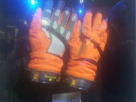 הכפפות של אילן רמון, צילום אורן דותן, תערוכת החלל