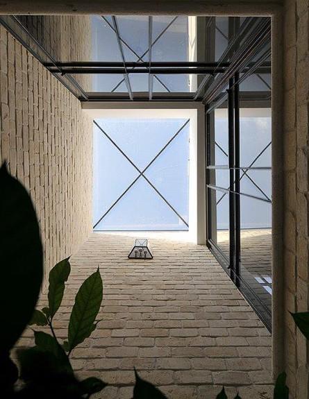 ריקי קורי בכר, חצר מבט למעלה