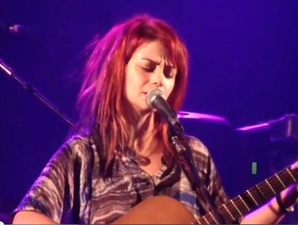 נינט טייב שרה מודה אני (צילום: צילום מסך מתוך youtube)