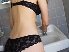 אישה בתחתונים וחזייה מול הכיור (צילום: Thinkstock ,Thinkstock)