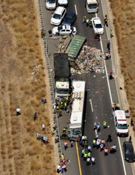 השוטרים: החפצים התערבבו באשפה, זירת התאו (צילום: משטרת ישראל)