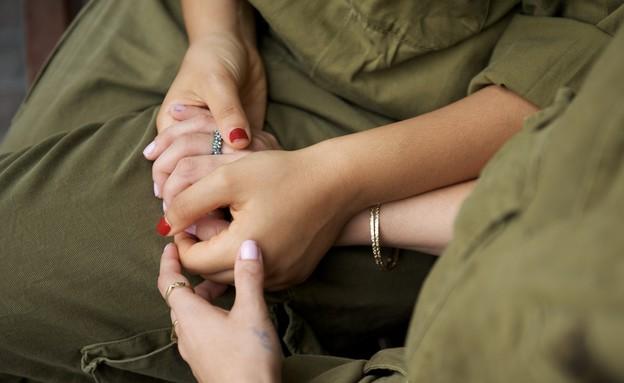 חיילות מחזיקות ידיים (צילום: רועי ברקוביץ')
