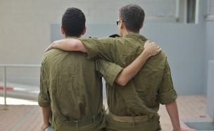 חיילים מתחבקים (צילום: רועי ברקוביץ')