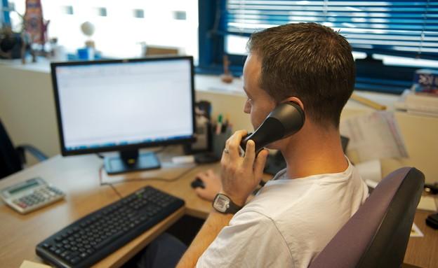 גבר במשרד (צילום: רועי ברקוביץ')