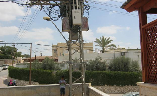 עמוד חשמל בחצר הבית (צילום: זוהר אבו האני) (צילום: זוהר אבו האני)